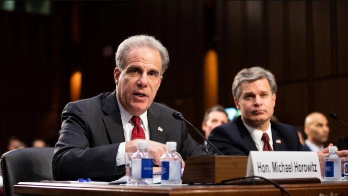 Michael Horowitz (L), Inspector General del Departamento de Justicia y el Director del FBI Christopher Wray en una audiencia en el Senado en Washington el 18 de junio de 2018. (Samira Bouaou / La Gran Época)