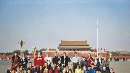 36 occidentales se reúnen en la Plaza Tiananmen para foto grupal: en 20 segundos llega la policía