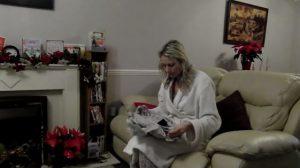 Abrió emocionada el regalo de su novio, pero no se esperaba encontrar un anillo de compromiso