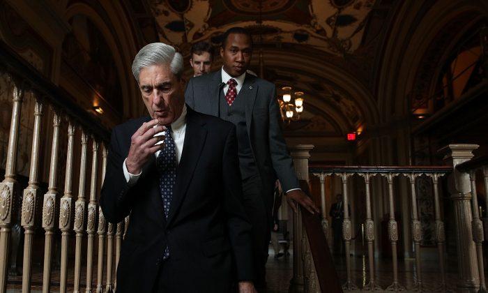 Asesor especial Robert Mueller (L) llega al Capitolio de los Estados Unidos para una reunión privada con miembros del Comité Judicial del Senado en Washington, D.C., el 21 de junio de 2017. (Alex Wong / Getty Images)