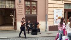 El sonido de los artistas callejeros en Ucrania trae dulces recuerdos de las vacaciones de verano
