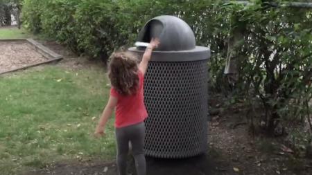 Esta niña corre hacia un tacho de basura para tirar algo y se lleva el susto de su vida