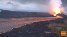 Recorrido aéreo muestra el extenso flujo de lava desde el volcán hasta la costa hawaiana