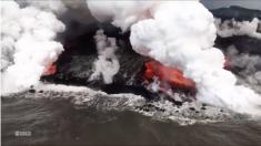 Helicóptero filma los flujos de lava que llegan al océano frente a Hawái