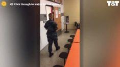 Esta soldado llevaba sin ver a su madre más de un año y decidió darle una sorpresa en su trabajo