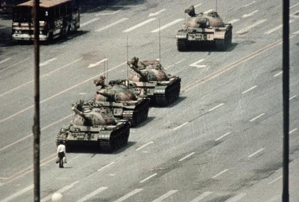 Un manifestante de Beijing bloquea el paso de un convoy de tanques a lo largo de la Avenida de la Paz Eterna cerca de la Plaza Tiananmen. Durante semanas, la gente había estado protestando por la libertad de expresión y la libertad de prensa del régimen chino. (Getty Images/Bettmann)