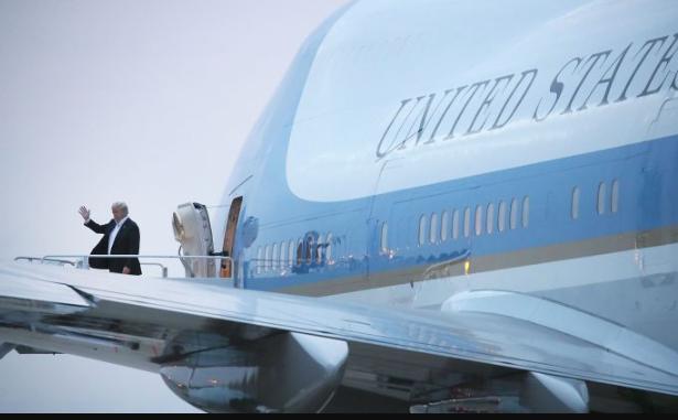 El presidente Donald Trump se baja del Air Force One en la Base Andrews de la Fuerza Aérea, Maryland, después de regresar de la Cumbre en Singapur con el líder norcoreano Kim Jong Un, el 13 de junio de 2018. (Mark Wilson / Getty Images)