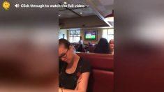 Estaba en el restaurante cuando un invitado inesperado se sienta a su lado. ¡Quedó boquiabierta!