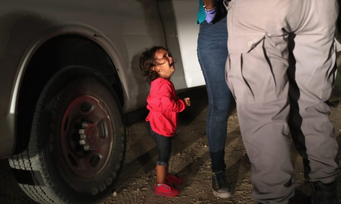 Una solicitante de asilo hondureña de dos años llora mientras su madre es registrada y detenida cerca de la frontera de Estados Unidos y México en McAllen, Texas, el 12 de junio de 2018. (John Moore / Getty Images)