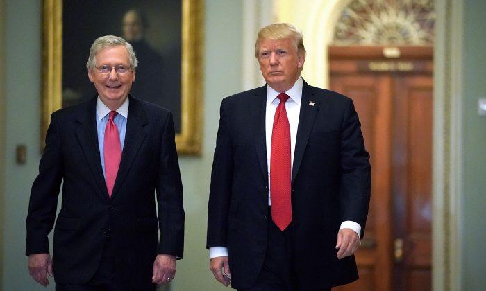 El líder de la mayoría del Senado, el republicano Mitch McConnell (Iz) y el presidente Donald Trump llegan al almuerzo de la Política Republicana del Senado en el Capitolio de Estados Unidos, en Washington, el 24 de octubre de 2017. (Chip Somodevilla / Getty Images)