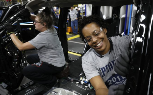 Las trabajadoras de Ford Jasmine Powers (R) y Cassie Bell (L) trabajan en la planta de camiones Ford Kentucky en Louisville, Kentucky, en octubre. 27, 2017. (Bill Pugliano / Getty Images) ShareTweetCompartirEmail
