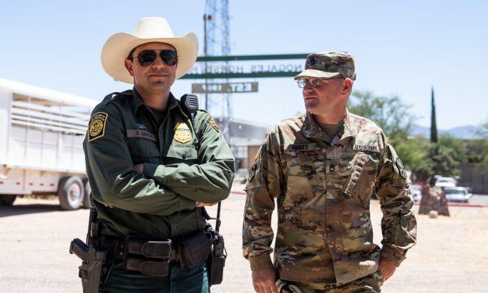 Primer secretario Thomas Evitts (de) y el Agente de la Patrulla Fronteriza García en la sede de la Patrulla Fronteriza del Sector Tucson en Nogales, Arizona, el 23 de mayo de 2018. (Samira Bouaou / La Gran Época)