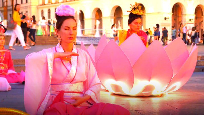 Practicantes de Falun Dafa meditan en las calles de Ucrania. (NTD)