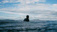 Este adolescente es llevado al mar por la corriente y nada 10 horas hasta llegar a tierra firme