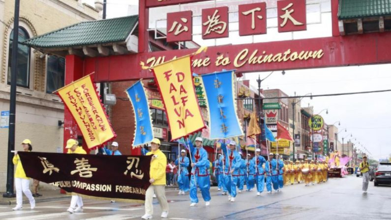 Desfile de Falun Dafa en el barrio chino de Chicago  el 21 de julio. (Minghui)