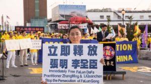 Una practicante de Falun Dafa intenta rescatar a su padre que está detenido en China por su fe