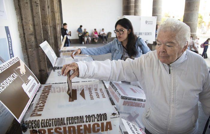 Miles de mesas electorales abren con retrasos de más de una hora en México Cientos de de mexicanos emiten su voto durante los comicios de hoy, domingo 1 de julio de 2018, en Guadalajara (México). Los 89 millones de mexicanos que están en el censo electoral elegirán con su voto a 3.400 cargos públicos, entre ellos el de presidente del país, 128 senadores, 500 diputados, ocho gobernadores y el jefe de Gobierno de la Ciudad de México. EFE