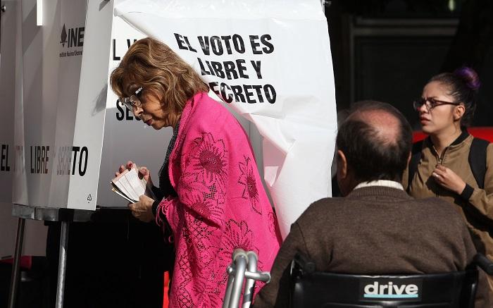Peña Nieto dice que respaldará a quien sea elegido nuevo mandatario de México Mexicanos acuden a las urnas electorales hoy, domingo 1 de julio de 2018, en Ciudad de México (México). EFE