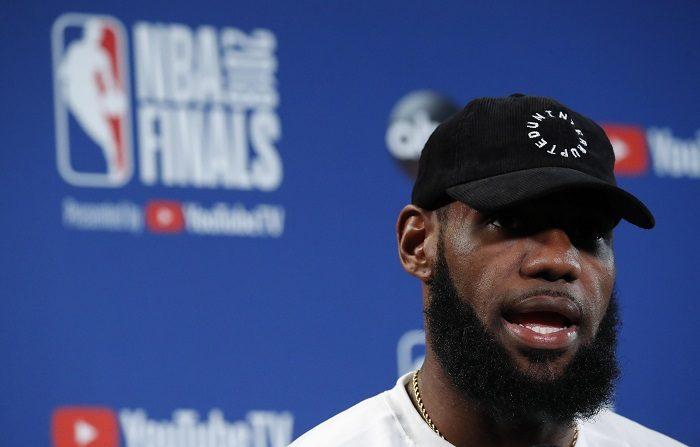 El delantero de los Cleveland Cavaliers LeBron James responde a una pregunta durante una conferencia de prensa después de practicar el día anterior al segundo partido de las Finales de la NBA en el Oracle Arena, en Oakland, California, EE.UU., el 2 de junio de 2018. (reeditado el 2 de julio de 2018). EFE