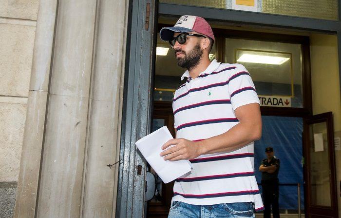 """La Policía insiste: Guerrero dijo que quería renovar el pasaporte por pérdida Antonio Manuel Guerrero, el guardia civil miembro de """"La Manada"""", a la salida del juzgado de guardia de Sevilla. EFE"""