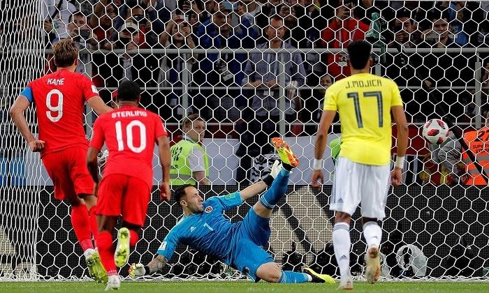 1-1 (3-4). Una cruel tanda mete a Inglaterra en cuartos y despide a Colombia El delantero inglés Harry Kane (i) marca el 0-1 de penalti durante el partido Colombia-Inglaterra, de octavos de final del Mundial de Fútbol de Rusia 2018, en el Estadio del Spartak de Moscú, Rusia, hoy 3 de julio de 2018. EFE