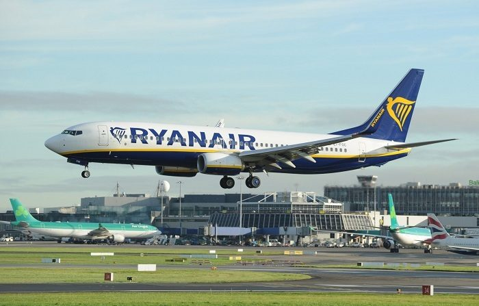 Un avión de Ryanair aterriza en el aeropuerto de Dublín (Irlanda). EFE/Archivo