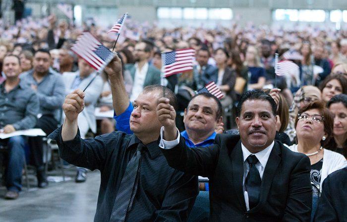 Cientos de inmigrantes se convierten en ciudadanos de EE.UU. este 4 de julio Coincidiendo con las celebraciones de este 4 de julio, Día de la Independencia, cientos de inmigrantes obtendrán hoy la ciudadanía estadounidense en una de las cerca de 175 ceremonias organizadas por las autoridades entre el 28 de junio y 10 de julio, informaron fuentes oficiales. EFE/Archivo