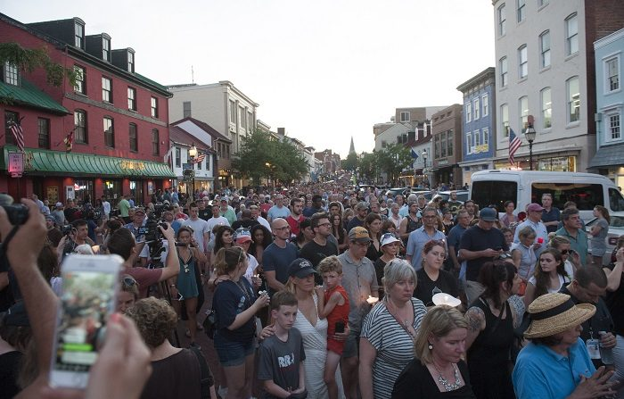 Personal del diario EEUU que sufrió tiroteo marchan en desfile del 4 de julio Thousands of people march during a candle light vigil to remember the five journalists from The Capital Gazette newspaper in Annapolis, Maryland, USA, 29 June 2018. EFE/EPA/FILE