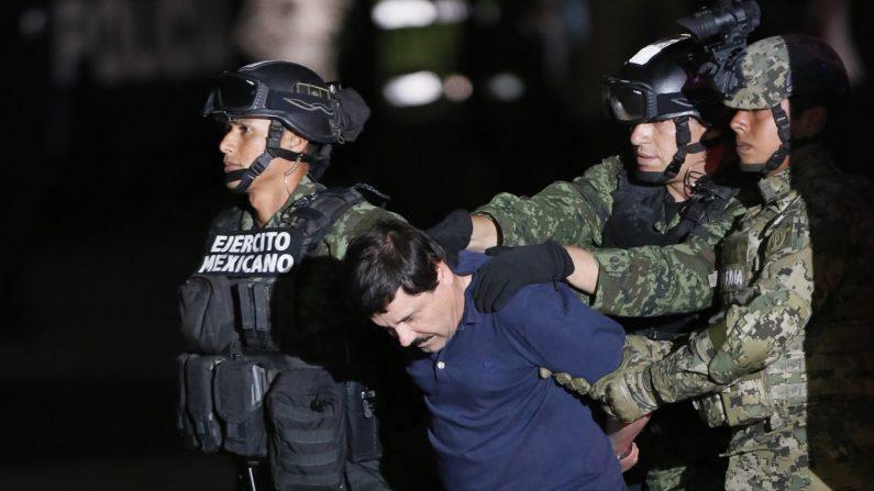 """La defensa de Joaquín """"El Chapo"""" Guzmán solicitaron hoy en Nueva York aplazar el juicio contra su cliente, detenido en EEUU acusado de narcotráfico y de ser el jefe del cartel de Sinaloa, debido a las miles de grabaciones y páginas producidas por la fiscalía antes de que el 5 de septiembre se inicie el juicio. EFE/Archivo"""
