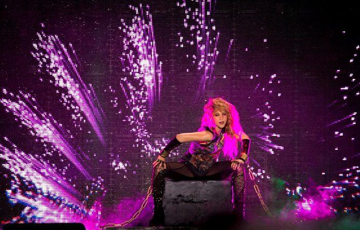 """La cantante colombiana Shakira, durante el concierto de su gira """"El Dorado World Tour"""" ofrecido esta noche en el Palau Sant Jordi, en Barcelona. EFE/Quique García"""