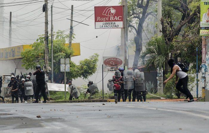 El Gobierno de Nicaragua ataca a la población con lanzacohetes rusos, dice mayor retirado Hasta ahora las Fuerzas Armadas han mantenido distancia de la crisis sociopolítica, que ha dejado más de 310 muertos desde el 18 de abril pasado en el país, a pesar de los llamados que le han hecho los expertos a desarmar a los paramilitares, conforme lo manda la Constitución de Nicaragua. EFE