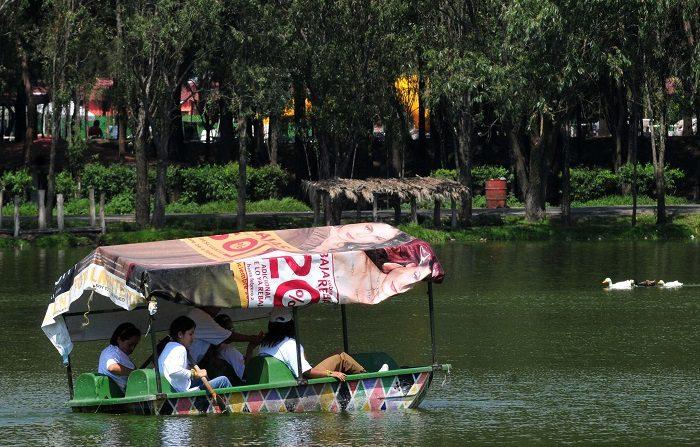 """El tiempo libre puede detonar 'enfermedad del ocio"""" dice psicóloga mexicana Un grupo de personas navega en un lago de Ciudad de México (México). EFE/Archivo"""