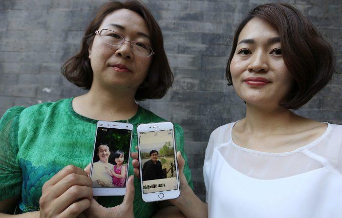 Una ONG pide explicaciones por los abusos contra abogados chinos de Derechos Humanos Fotografía que muestra a Wang Qiaoling (i) y Li Wenzu mostrando las fotografías de sus respectivos maridos, los abogados de derechos humanos Li Heping y Wang Quangzhang, quienes permanecen detenidos desde julio de 2015, en Pekín, China. EFE/Archivo