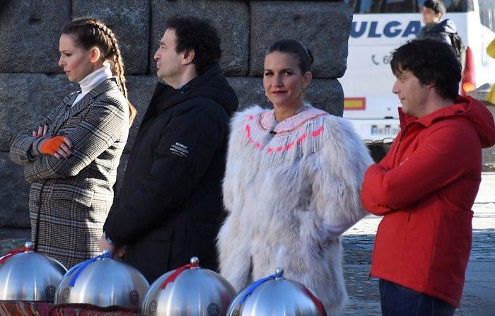 Los miembros del Jurado del talent de cocina MasterChef, Jordi Cruz (d), Pepe Rodríguez, y Samantha Vallejo-Nágera (2d), junto con la presentadora Eva González (i), durante la grabación en Segovia en la sexta edición de este programa. EFE/ Archivo