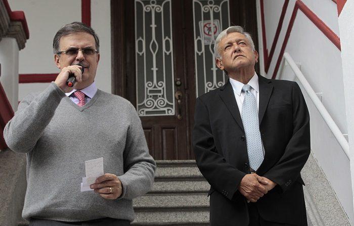 El futuro presidente de México, Andrés Manuel López Obrador (d), y su candidato a la Secretaría de Relaciones Exteriores, Marcelo Ebrard (i), hablan durante una rueda de prensa hoy, martes 10 de julio de 2018, en su casa de campaña, en Ciudad de México (México). EFE