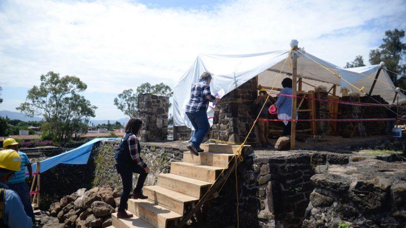 El templo prehispánico oculto en el centro de México revelado por terremoto. Arqueólogos trabajan el miércoles 11 de julio de 2018, en la zona arqueológica de Teopanzolco, en el estado de Morelos (México). EFE