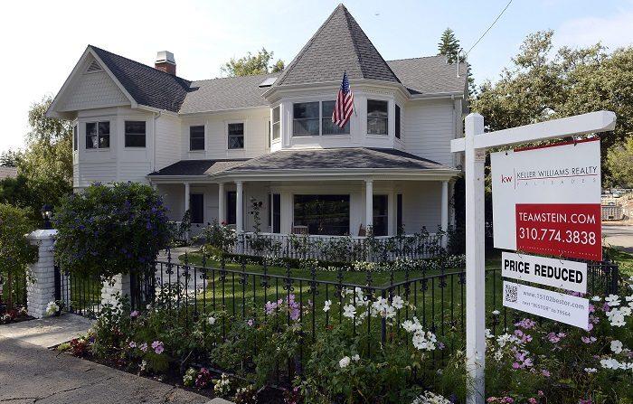 """Estudio refleja que milenials tienen menos acceso a vivienda propia Una señal de """"Precio reducido"""" es vista afuera de una casa en el barrio Pacific Palisades en Los Ángeles (EE.UU.). EFE/Archivo"""