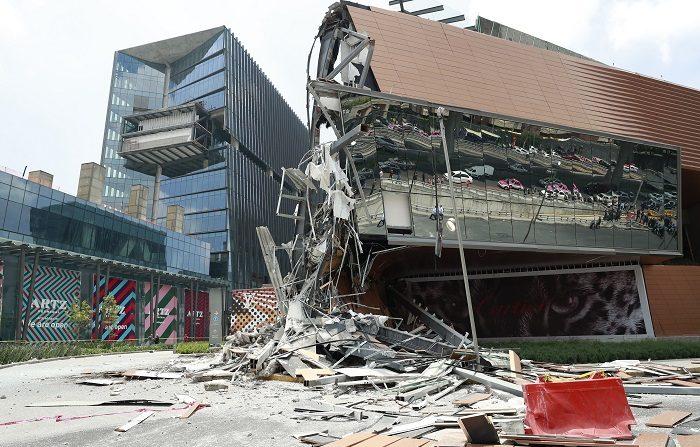 Vista del derrumbe parcial que sufrió un centro comercial hoy, jueves 12 de julio de 2018, en el Pedregal, sur de Ciudad de México (México). Por el momento no se han reportado personas atrapadas o heridas. Decenas de usuarios de las redes sociales captaron las imágenes del derrumbe, en las que se ve cómo la fachada se desprende y los escombros caen en una zona previamente acordonada. EFE