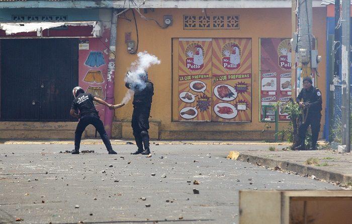 Denuncian el secuestro de cinco jóvenes en Nicaragua a manos de paramilitares En la imagen, Policías y paramilitares nicaragüenses se enfrentan a manifestantes durante una protesta contra el Gobierno de Daniel Ortega. EFE/Archivo