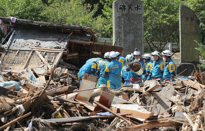 Unos 18.000 voluntarios ayudan en zonas afectadas por las lluvias en Japón Policías buscan supervivientes entre los escombros en Saka, en la prefectura de Hiroshima en Japón, afectada por las lluvias torrenciales. EFE
