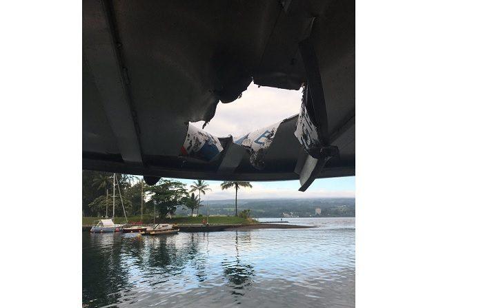 """Fotografía cedida por el Departamento de Tierra y Recursos Naturales de Hawai (DLNR) que muestra un hueco en el techo de un barco de Lava Boat Tour después de ser golpeado por una """"bomba de lava"""", escombros arrojados por una explosión de lava desde el volcán Kilauea en Pahoa hoy, lunes 16 de julio de 2018, en el océano cerca de la costa sur de la isla de Hawai, (EE.UU.). EFE/Cortesía DLNR de Hawai/SOLO USO EDITORIAL/NO VENTAS"""
