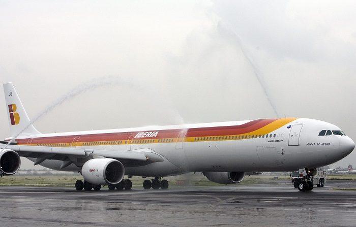 Un problema informático detectado en el tren de aterrizaje de un Airbus 340-600 de Iberia obligó al piloto a regresar al aeropuerto de Ciudad de México y aterrizar por precaución, sin que se produjera ningún incidente, informó hoy un portavoz de la compañía aérea. EFE/Archivo