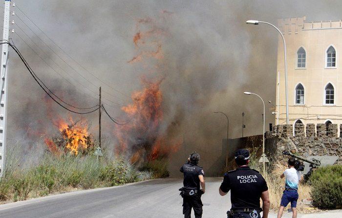 Controlado el incendio declarado esta tarde en la zona de García Aldave, en Ceuta, en las inmediaciones del mirador de Isabel II. Hacia Ceuta se desplazaron 34 efectivos y 15 vehículos de la UME con tres autobombas y un camión nodriza en apoyo a las labores de extinción. EFE/Reduan