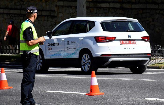 El vehículo dotado con la tecnología 5G, circula por las calles de Segovia, durante la presentación del primer caso de uso de conducción asistida a través de la red móvil en un entorno real. EFE
