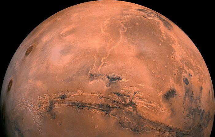 """Las pruebas presentadas por investigadores italianos sobre la presencia de agua líquida en Marte son """"convincentes"""" pero no implican la existencia de vida, aunque sí aumentan las posibilidades de hallarla en forma de microorganismos que, de existir, serían """"verdaderos campeones de la resistencia"""". EFE"""