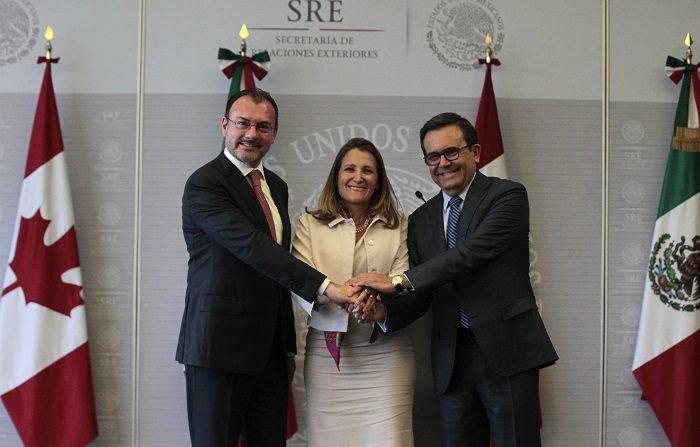 El secretario de Relaciones Exteriores de México, Luis Videgaray (i), la ministra canadiense de Exteriores, Chrystia Freeland (c), y el ministro mexicano de Economía, Ildefonso Guajardo (d), posan durante una rueda de prensa hoy, miércoles 25 de julio de 2018, en Ciudad de México (México). EFE