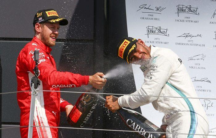 El inglés Lewis Hamilton (Mercedes) -ganador el pasado domingo, con remontada histórica, en Hockenheim- y el alemán Sebastian Vettel (Ferrari) trasladarán este fin de semana a Hungría su pugna por un quinto título mundial de Fórmula Uno que igualaría a uno de ellos al argentino Juan Manuel Fangio, a quien sólo supera, con siete, el alemán Michael Schumacher. EFE/Archivo