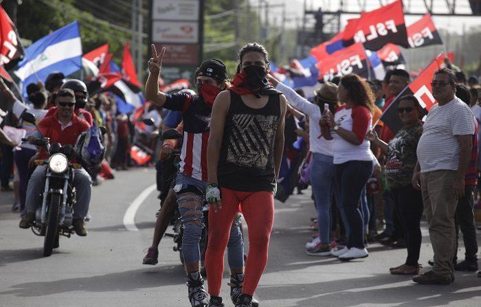 Un fuerte combate y tiroteo se desató hoy en la ciudad nicaragüense de Masaya, símbolo del levantamiento popular contra el presidente Daniel Ortega, quien concluyó hoy, por primera vez, esta actividad conmemorativa en una estación policial y no en la comunidad indígena de Monimbó, que se encuentra en rebeldía en medio de la actual crisis. EFE/Rodrigo