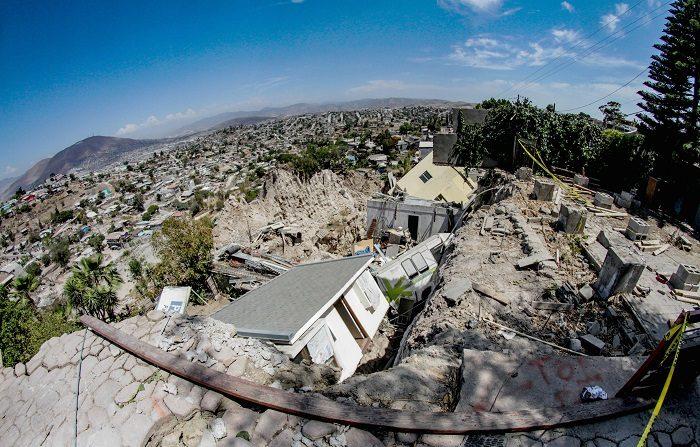 De acuerdo al director de Protección Civil de este municipio del noroccidental estado de Baja California, José Rito Portugal, las condiciones inestables del terreno pueden ser la causa de los derrumbes. EFE/Joebeth Terriquez