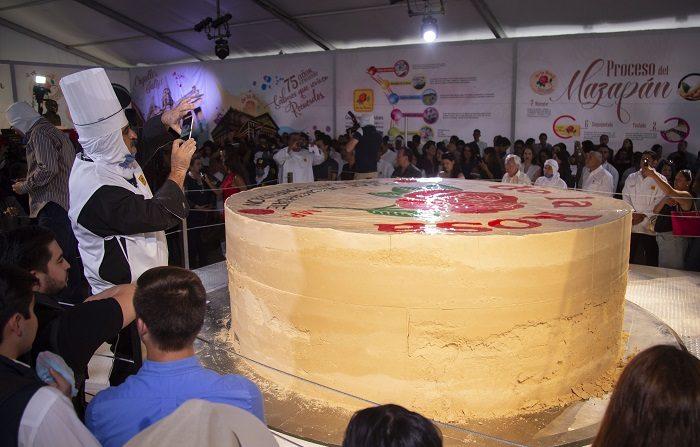 El estado mexicano de Jalisco logró hoy establecer un récord Guinness con el mazapán de cacahuate más grande del mundo con 8.296 kilogramos de peso y un diámetro mayor a los tres metros EFE/Francisco Guasco